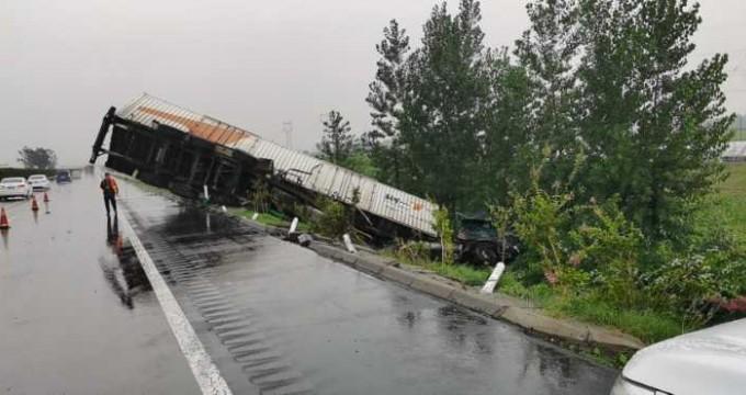 雨天货车侧翻 高速交警快速救援及时抢通车道