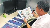 郑州一列车员14年收集1200多张站台票 共37种装满了5大本